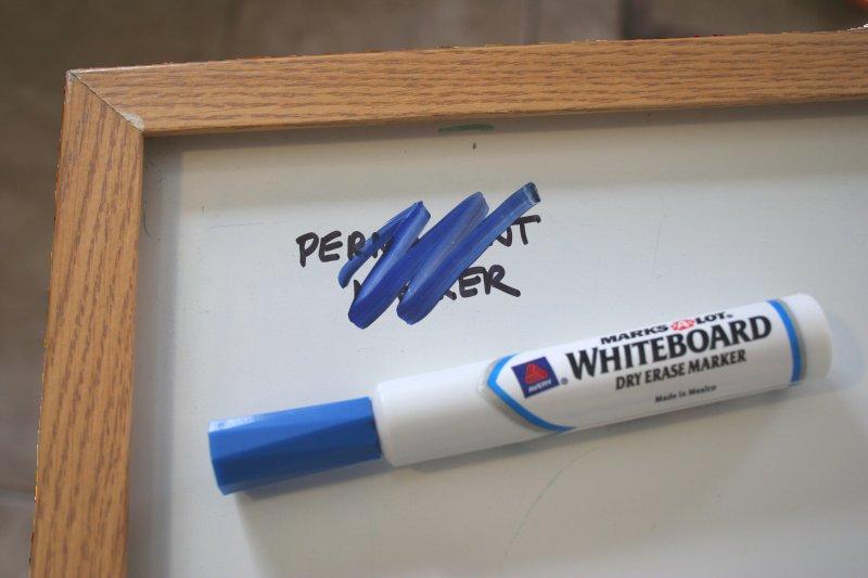 Σβήσιμο Ανεξίτηλου από λευκό πίνακα